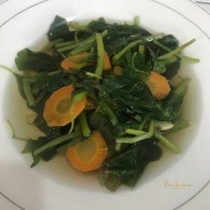Makan Sayur Bayam di Warteg