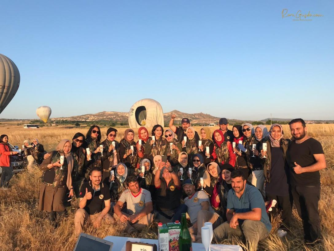 Foto Bersama Setelah Selesai Naik Balon Udara Turki RoraGusdo