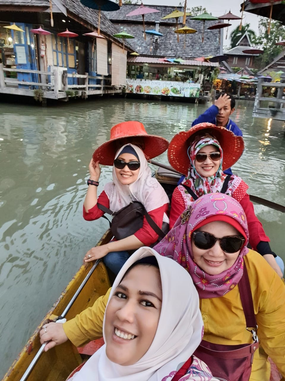Naik Sampan di Pattaya Floating Market